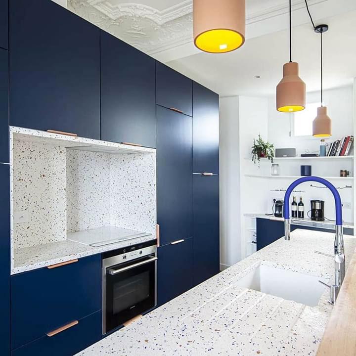 Mẫu tủ bếp và đảo bếp bằng bê tông đá mài terrazzo